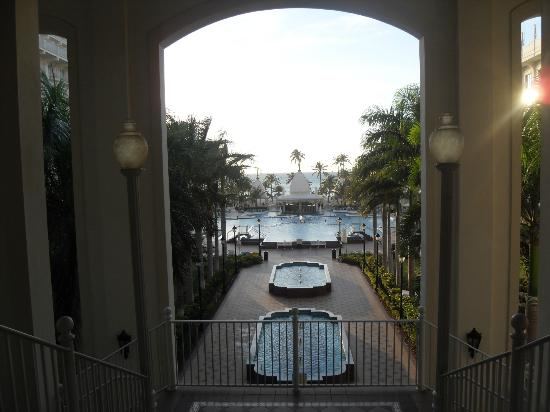 Hotel Riu Palace Aruba: leading down to the pool and beach