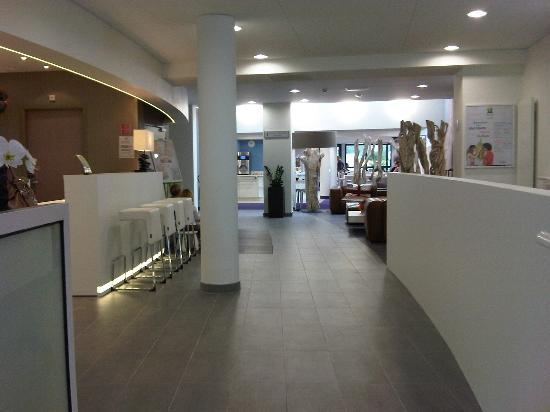 Ibis Styles Quiberon Centre : ACCUEIL AVEC SALLE PETIT DEJEUNER  AU FOND