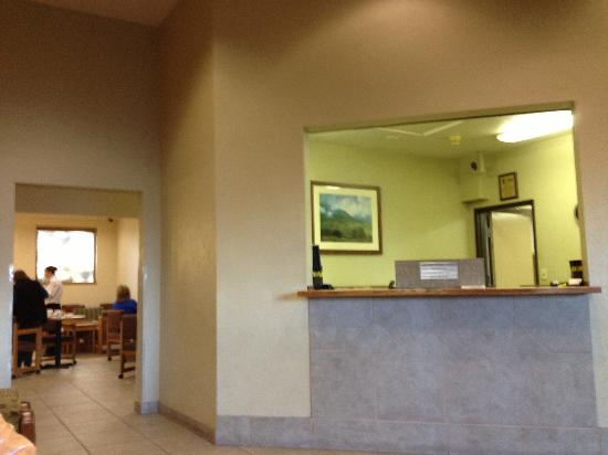 Super 8 Seattle: Front desk and breakfast area.
