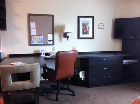 Candlewood Suites Plano-Frisco: oversize counter/desk space