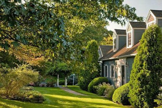 High Pointe Inn: Landscaped grounds and perrenial gardens await you