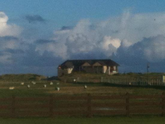 Doherty's Country Accommodation: Picture of Ballyliffin Clubhouse from front door