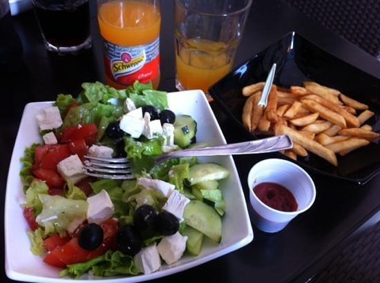 Presa : Grčka salata, small fries & tangerine schwepps (total: 40 Kn)