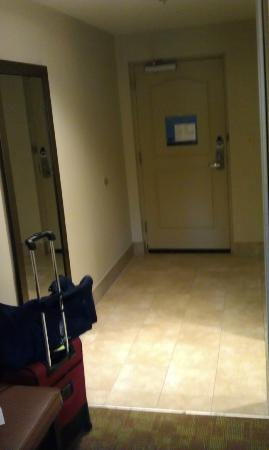 Hampton Inn Pigeon Forge: Entrance to room w/tile floor