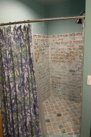 ‪‪Pump House Bed and Breakfast‬: Gorgeous tile shower‬