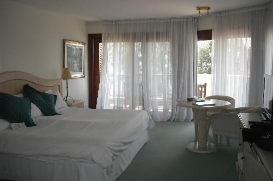 Hotel Del Lago Golf & Art Resort: Habitacion amplia