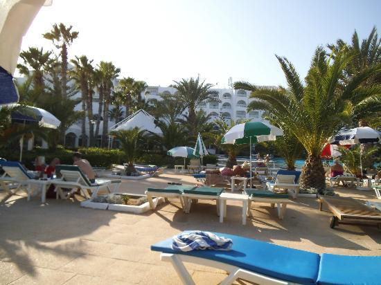 فندق عزيزة ثالاسو جولف: View of the hotel from far pool area 
