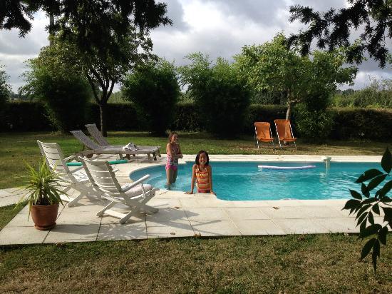 Chateau de Launay: kids enjoying pool