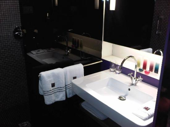 G&V Royal Mile Hotel Edinburgh: good bathrooms & toiletries