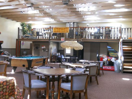 Cecil Fireside Inn: upstairs slot machines