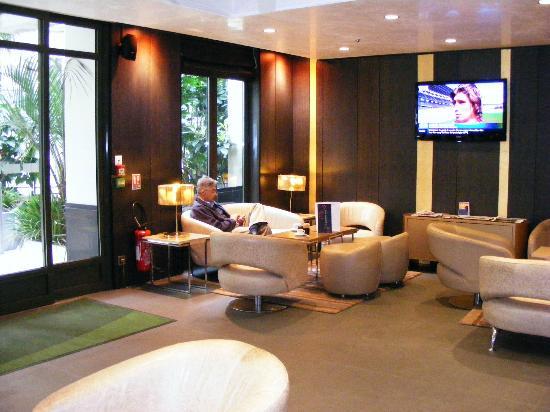 Holiday Inn Paris - Notre Dame: Lobby TV
