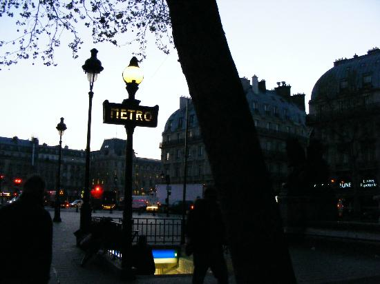 Holiday Inn Paris - Notre Dame: Hotel Metro