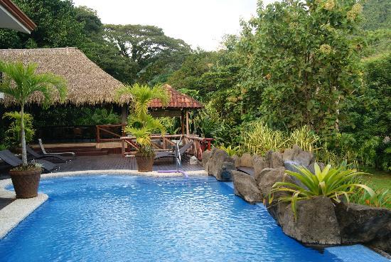 Hotel Pumilio : restaurant et piscine à débordement