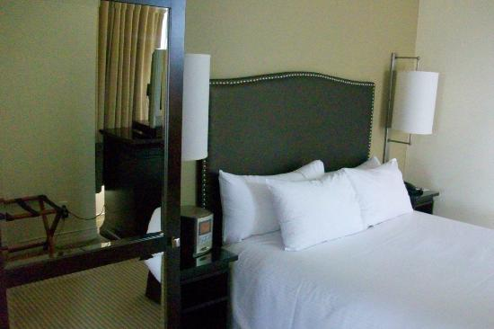 One King West Hotel & Residence: Superior room - bed