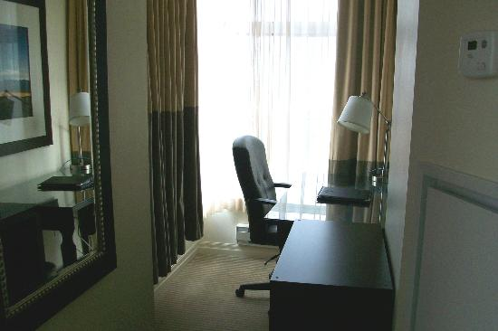 One King West Hotel & Residence: Corner desk area in Superior room
