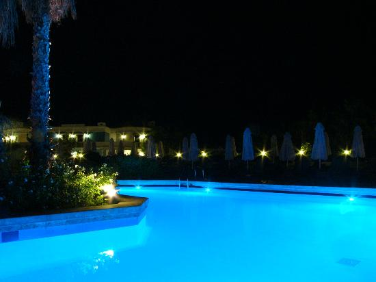 Aldemar Royal Mare Thalasso Resort: Main pool night view