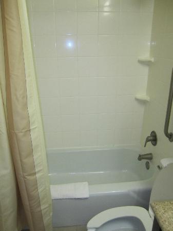 Courtyard Gulfport Beachfront: Bathroom