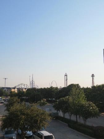 Wingate by Wyndham Arlington: View from our room: Six Flags