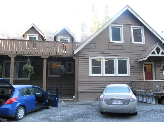 A Banff Boutique Inn - Pension Tannenhof: Kitchen windows and parking at rear