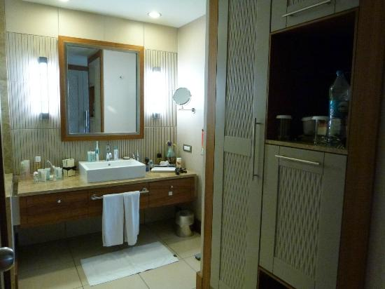 Hilton Dalaman Sarigerme Resort & Spa: Room 2445 Bathroom Area
