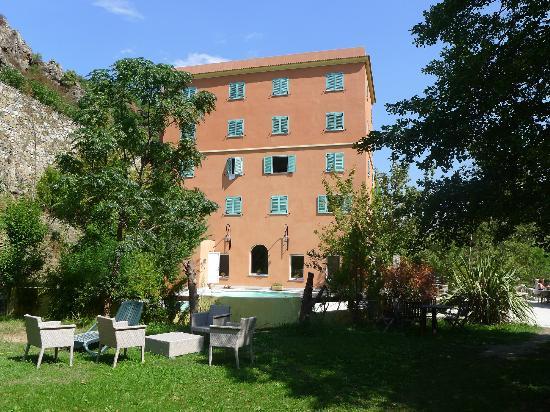 Les Jardins De La Glaciere: Hotel from the river side