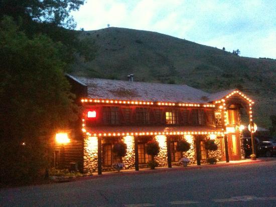 إن أون ذي كريك: Inn on the Creek at dusk... 