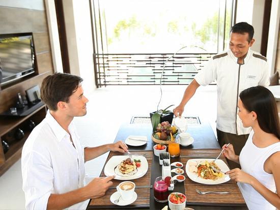 eqUILIBRIA SEMINYAK: Signature Villa - Breakfast served in Living Room