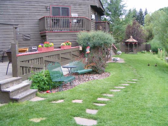 Inn on the Creek: Creekside garden