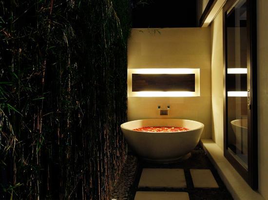 eqUILIBRIA SEMINYAK: Signature Villa - Outdoor Bathtub