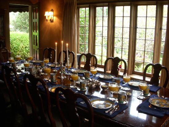 Old Monterey Inn: Inside communal breakfast table