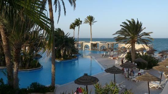 "Zita Beach Resort: Vue de la piscine ""calme"" et de la plage non loin"
