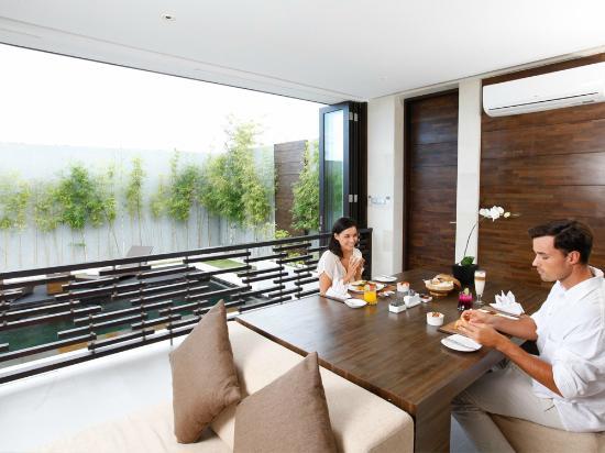 eqUILIBRIA SEMINYAK: Waterfall Villa - Breakfast Served in the Living Room
