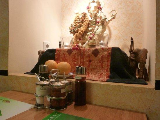 Thai-Restaurant DAO by Meo: altarino vicino al nostro tavolo