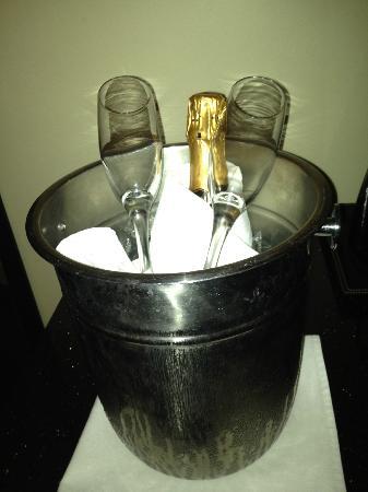 Doubletree Hotel El Paso Downtown/City Center: La boterra de vino espumoso que incluye el paquete romance es realmente mala