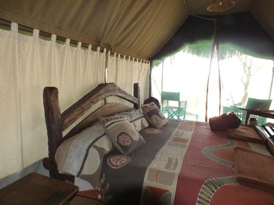 Tarangire Safari Lodge: Roomy Bed.