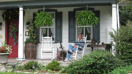 1825 Inn Bed and Breakfast: Relaxing on front porch