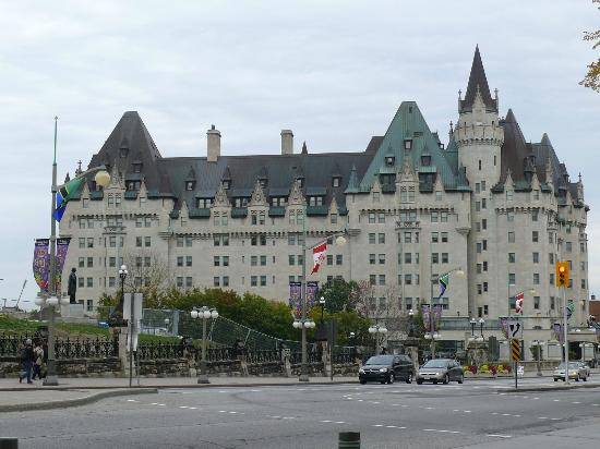 Fairmont Chateau Laurier: Side view of Hotel