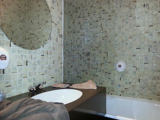 Hotel Restaurant Le Napoleon: il bagno della camera