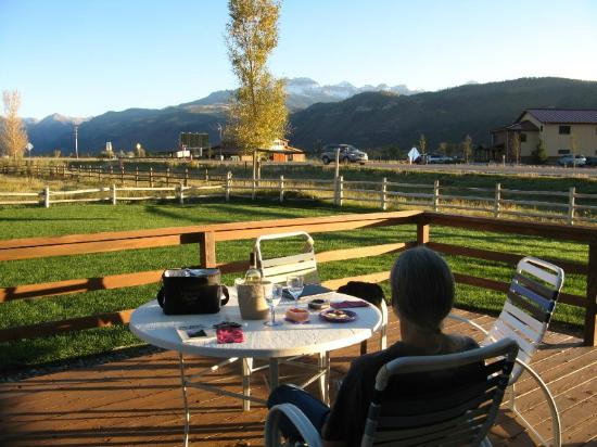 Ridgway-Ouray Lodge & Suites: Sitting outside on the patio on a fall evening