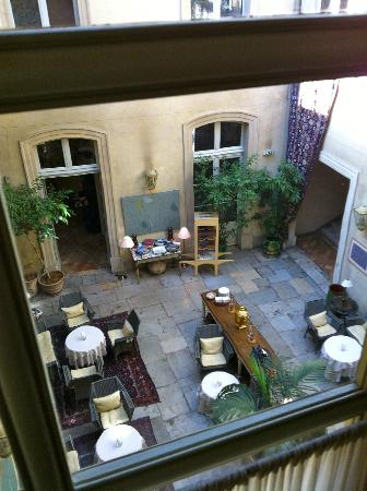 La Mirande Hotel: View of the courtyard from the upstairs hallway
