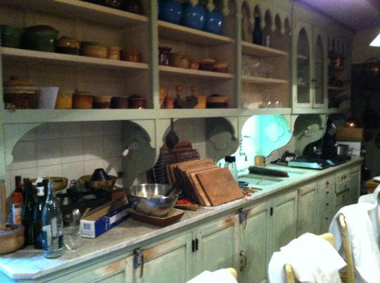 La Mirande Hotel: Kitchen shelves