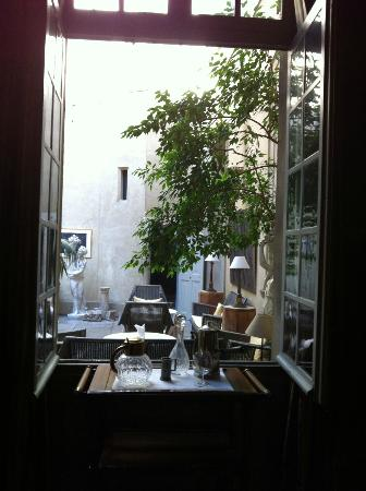 La Mirande Hotel: View of inner patio from bar