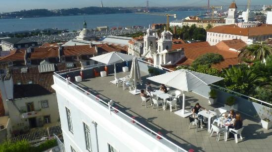 Lisb'on Hostel: Terraza de uso común vista desde el dormitorio
