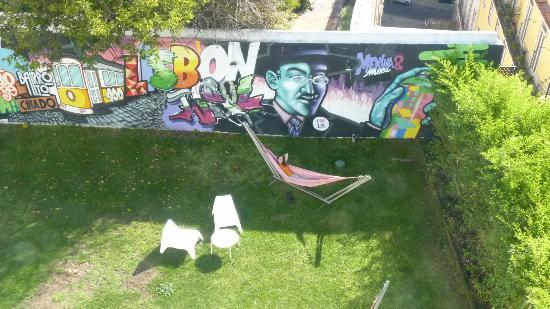 Lisb'on Hostel: Jardín de uso común