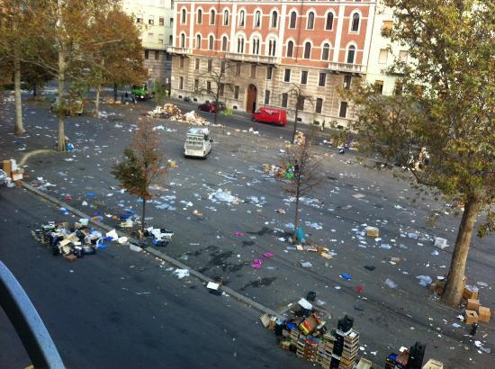 Best Hotel: esta era la vista desde nuestra ventana (habian hecho mercadillo)