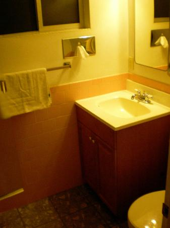 Sundown Inn: pink tiles in bathroom