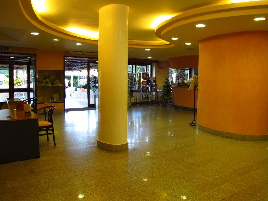 Hotel Oasis: Lobby towards front entrance