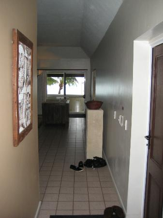 Crown Beach Resort & Spa: Hallway in our beachfront villa