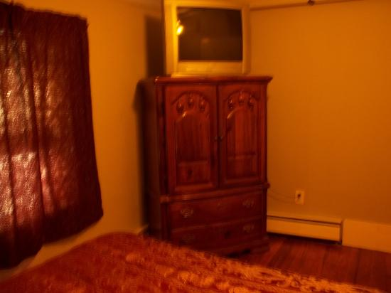 Robin's Nest Bed & Breakfast: Red Room - Queen Size Bed-Cable TV/ wireless Internet