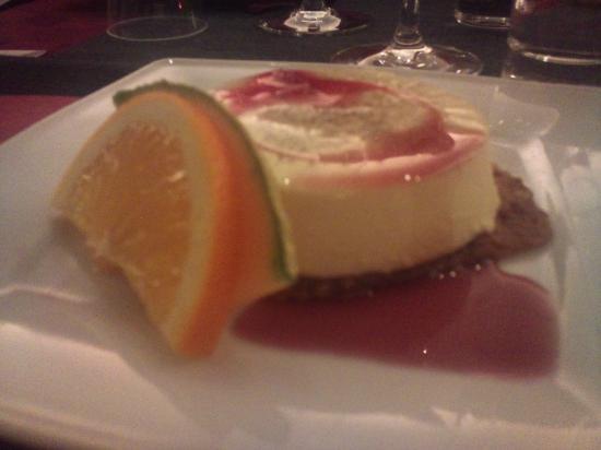 Agapi: Panacotta med hallonsås på kaka